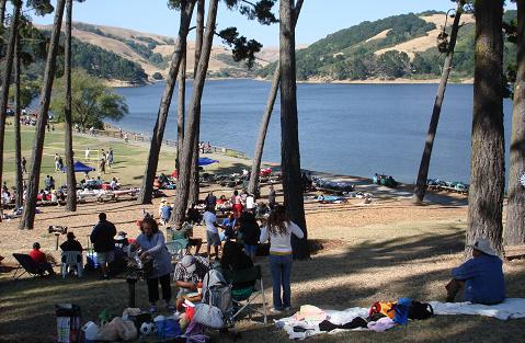 Hồ nước San Pablo đông người pic nic trong ngày Lễ Độc Lập