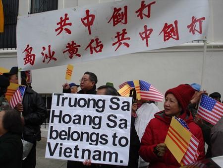 Biểu tình trước Tổng Lãnh sự quán Trung Quốc ở San Francisco để phàn đối chính sách bành trướng của Bắc Kinh