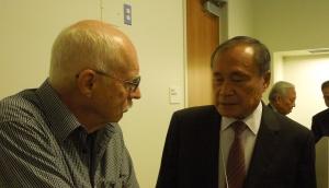 Cựu nhân viên ngoại giao Mỹ ông David Brown, bên trái, và ông Hoàng Đức Nhã